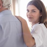 junge Pflegekraft ist in Gewerkschaft organisiert