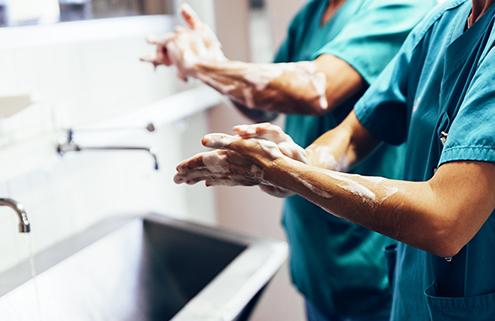 Pflegekraft bei der Hygieneroutine